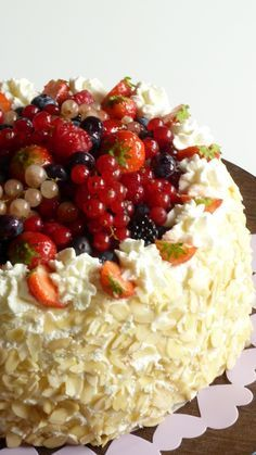 Torta di compleanno ai frutti di bosco, coulis di lamponi e crema chantilly alle fragoline.