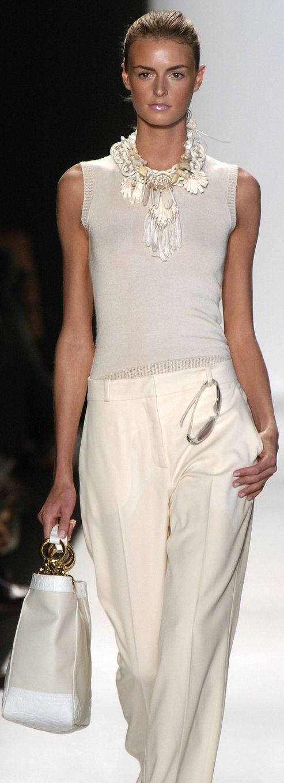 Das ganze Outfit in Beige-Töne gestalten, samt Keilabsatz-Schuhe. Gesehen bei Oscar De La Renta 2014