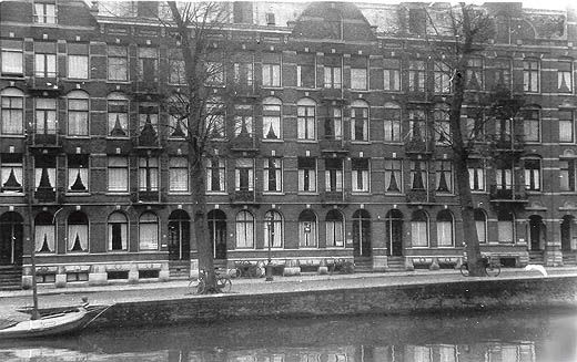 1940. A view of the Jacob van Lennepkade near the Albertingk Thijmstraat in Amsterdam-West. The Jacob van Lennepkade is a canal in Amsterdam-West. It was dug in 1886. The Jacob van Lennepkade connects the Singelgracht with the Kostverlorenvaart. The Da Costagracht and the Bilderdijkgracht run on the north side into Jacob van Lennepkade. #amsterdam #1940 #JacobvanLennepkade