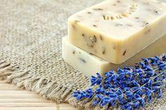 Explicamos paso a paso cómo elaborar en casa un jabón natural de lavanda, relajante y limpiador, mediante dos recetas, una más elaborada y una más sencilla.