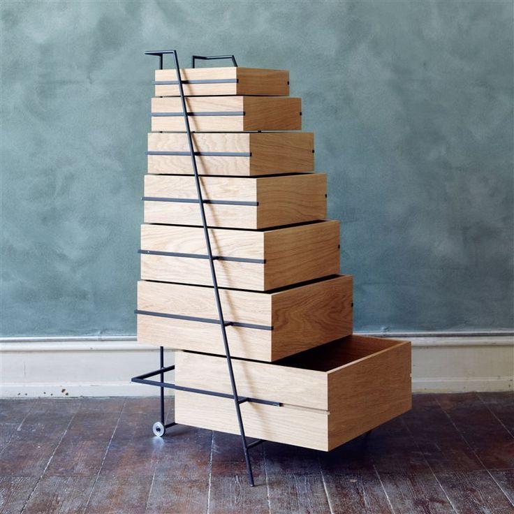 Frama Sutoa Ladekast  Afmetingen: H 116,5 x B 67 x D 53 cm Gemaakt van eikenhout en gepoedercoat staal Designer: Keiji Ashizawa 7 lades; met elk een andere afmeting! De lades zijn eenvoudig te openen en mee te nemen  Prijs €6000,00