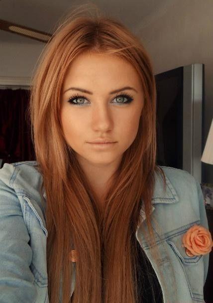 La simplicité reste toujours tendance en matière de coiffure. Ainsi, cette jeune femme a choisi de laisser retomber ses longs cheveux autour de son visage. Les longues mèches viennent alors joliment l'encadrer. Par ailleurs, la coloration châtain-roux s'harmonise à merveille avec la couleur de ses yeux.