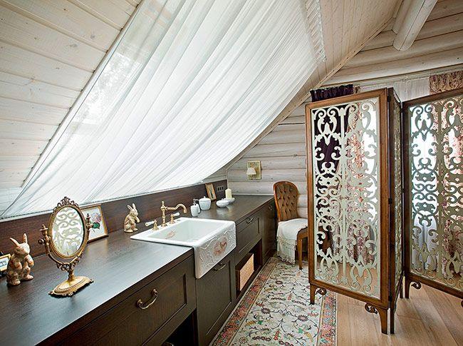 Ажурная раздвижная ширма Bizzotto из резного дерева, выкрашенного в белый цвет, делит интерьер главной спальни на втором этаже на зону сна и будуар.