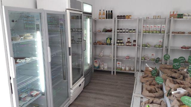 C/ Jacinto Benavente, 2. Vitoria – 01003. Tlf. 945069440 Primera tienda vegana de la ciudad que ofrece productos de alimentación 100% vegetales y ecológicos, además de higiene y limpieza, cos…