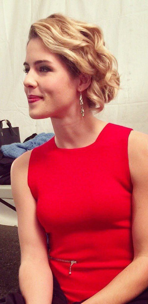 New Emily Bett pics during yesterday's interviews in #Arrow set  so beautiful ❤️ #EmilyBettRickards