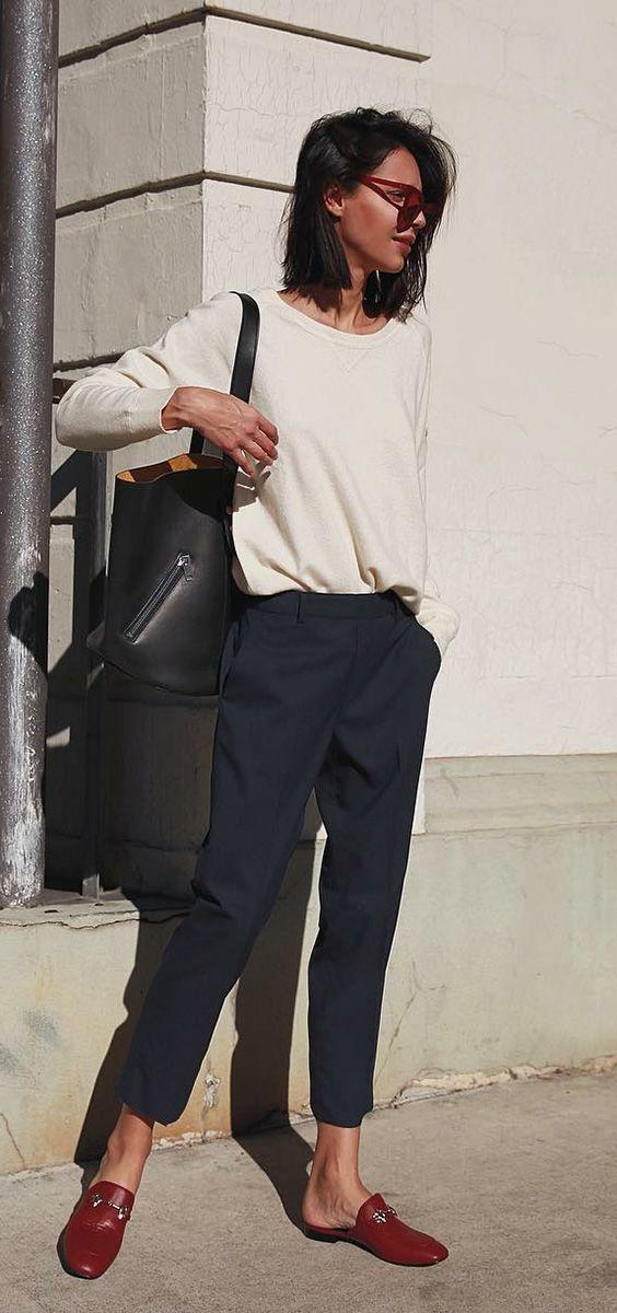 Básica e cool: 10 dicas para valorizar o look sem salto. Blusa de manga, calça de alfaiataria, mule estilo loafer vermelho
