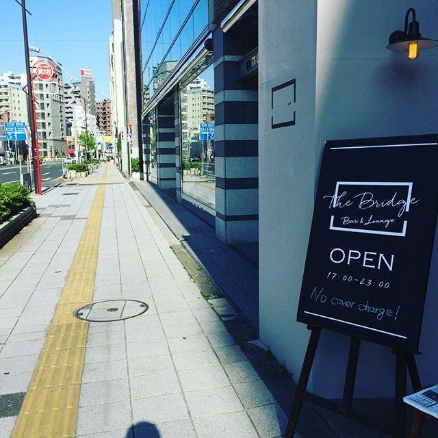 :  こんにちは。  ・  今日は初夏の陽気ですね☀️  ・  テラスカウンターで一杯やるには最高の天気になりました!!🍻  ・  本日も「栃木産牛と春キャベツのトマト煮込み(800yen)」を限定で数食提供します!!  ・  GWは休まず17:00からオープン!!  ・  皆様のご来店お待ちしております🎵  ⁑    #sunnyday #gw #thebridge #bridge #bar #lounge #nocovercharge #kuramae #asakusabashi #asakusa #tokyo #ny #nyc #beer #craftbeer #brooklynlager #wine #sake #蔵前 #浅草橋 #浅草 #スタンディングバー #立ち飲み #クラフトビール #ブルックリンラガー #ワイン #日本酒