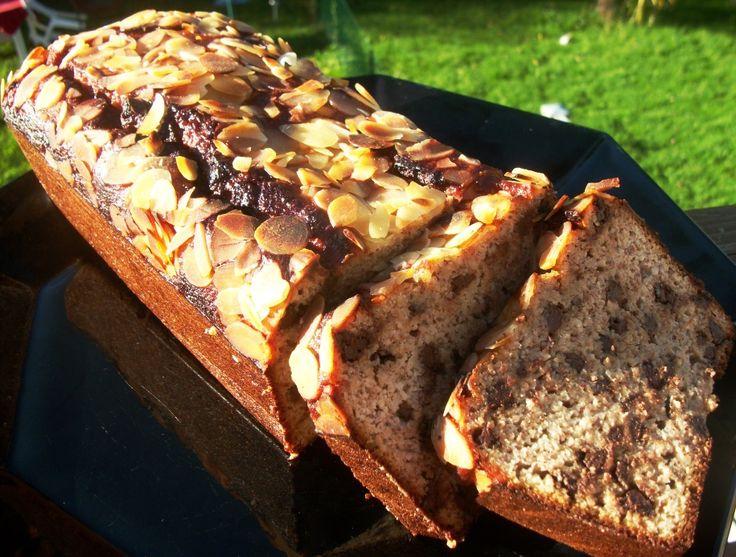 Cake banane / amande / chocolat Paleo => pas de farine donc pas de gluten. Parfait pour le petit de