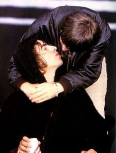liam gallagher noel gallagher kiss - Google 搜索