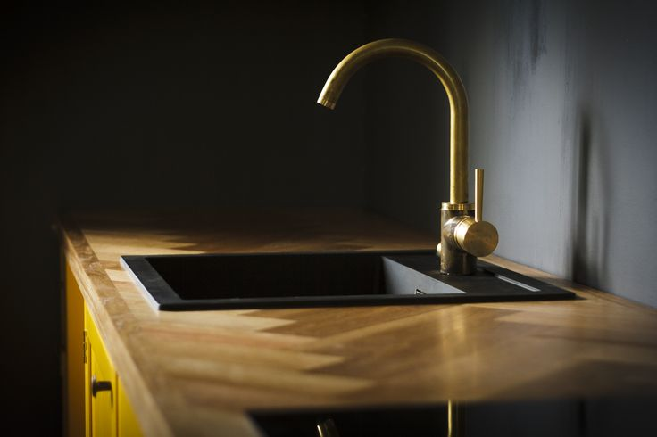 Oak countertop, herringbone, handcrafted kitchen, brass tap, Tapwell EVO184, black sink, dark grey walls - Käsityö, puuseppä, keittiö, keltainen, tammitaso, kalanruoto, messinkihana, tumman harmaa seinä, musta allas