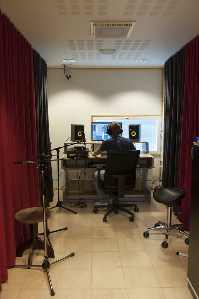Studio Lahden pääkirjaston musiikki- ja mediapalveluissa. Kuva: Juha Tanhua