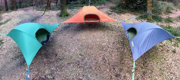 お手軽に空中でキャンプできちゃうツリーテントが登場、雨も斜面も関係なし! | BUZZAP!(バザップ!)