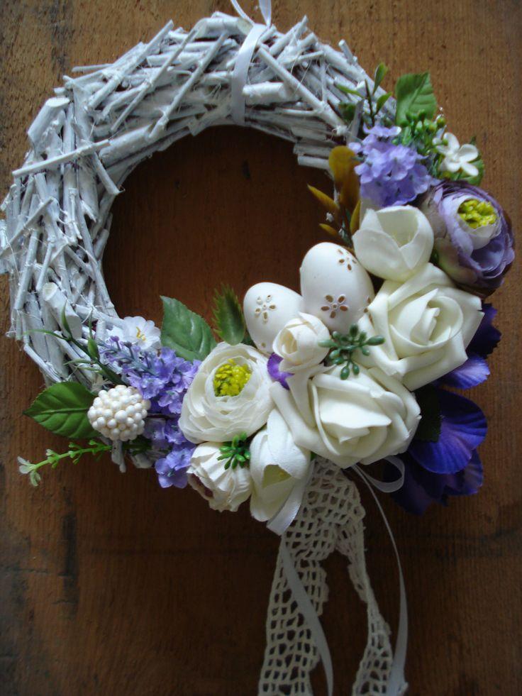 Velikonoční nálada Věneček jarní z proutí , zdobený květy a krasličkami. Průměr cca 20cm