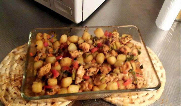 Hierbij een inzending van mijn vriendinnetje Jennifer Koot. - Doe een halve zak italiaanse (600gr) roerbakgroente in de braadzak - Met 450gr naturel krieltjes - En dan 2 kipfilets ik blokjes snijden en ook in de braadzak - Voeg de rozemarijn knoflook kruiden erbij doen en goed mengen - 50 minuten in de oven op 180 graden - vervolgens haal het het uit de zak en doe je het in de ovenschaal waarna het nog 10 minuten gaat nagaren in de oven