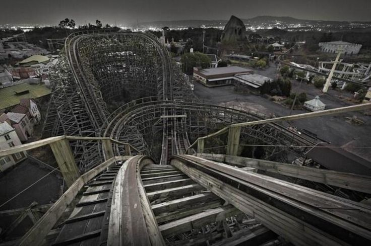 Trilhos de montanha-russa no Japão. Cópia da Disneylândia foi desativada em 2006 por falta de visitantes.