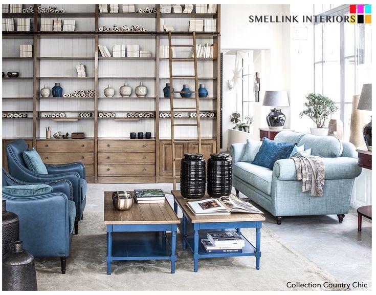 klassiek interieur. Grote aanbouwkast met trap. Blauwe bank. blauwe fauteuil | klassieke fauteuil | klassiek wonen | klassieke meubelen | klassiek interieur