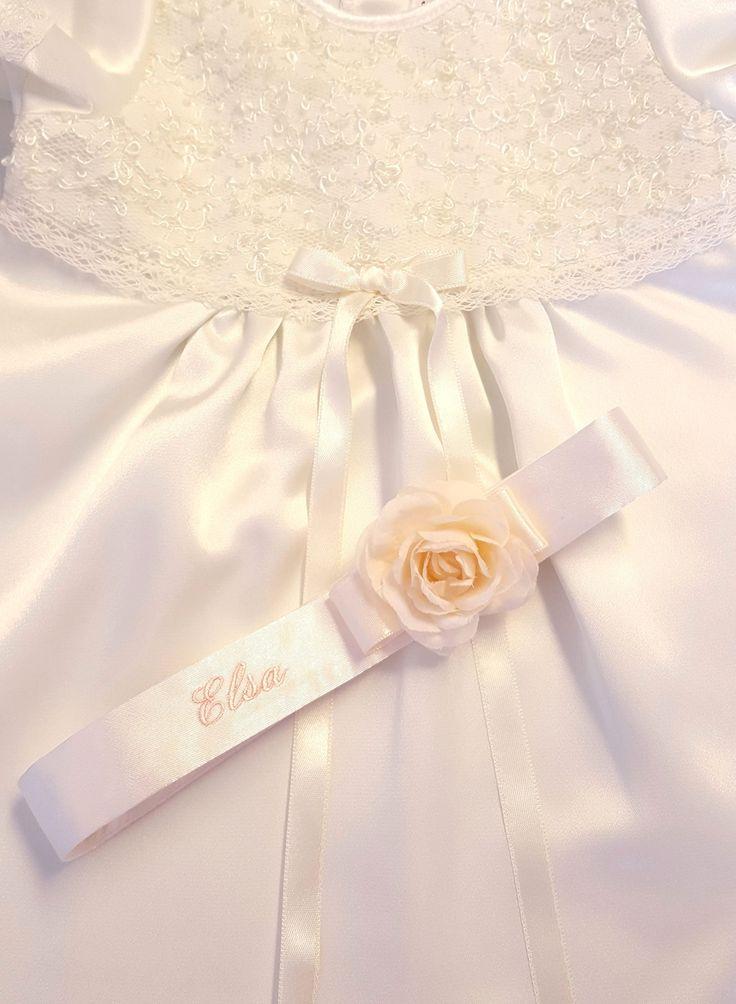 Dopklänning i satin och spets med namnbroderat diadem, christeninggown, dåpskjole,https://www.graceofsweden.com/en/christening-gowns/christening-gown-grace-madde