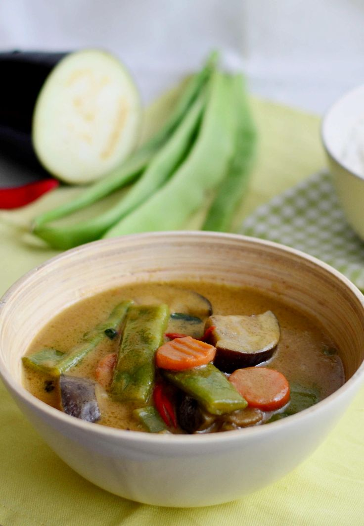 Thai green curry with veggies (vegetarian) / Thajské zelené curry s lilkem, mrkví a fazolemi