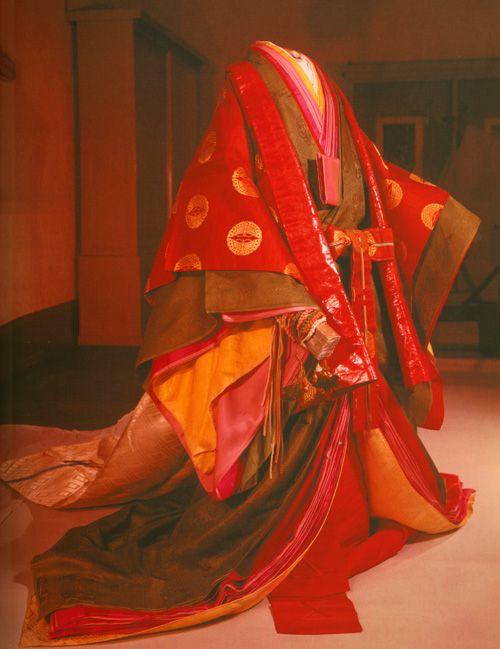 juni-hitoe kimono   Reprodução moderna de um jûni-hitoe , usado na Era Heian (794-1185 ...