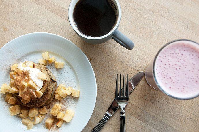 Bananpandekager uden havregryn eller mel - serveret med æble og kanel