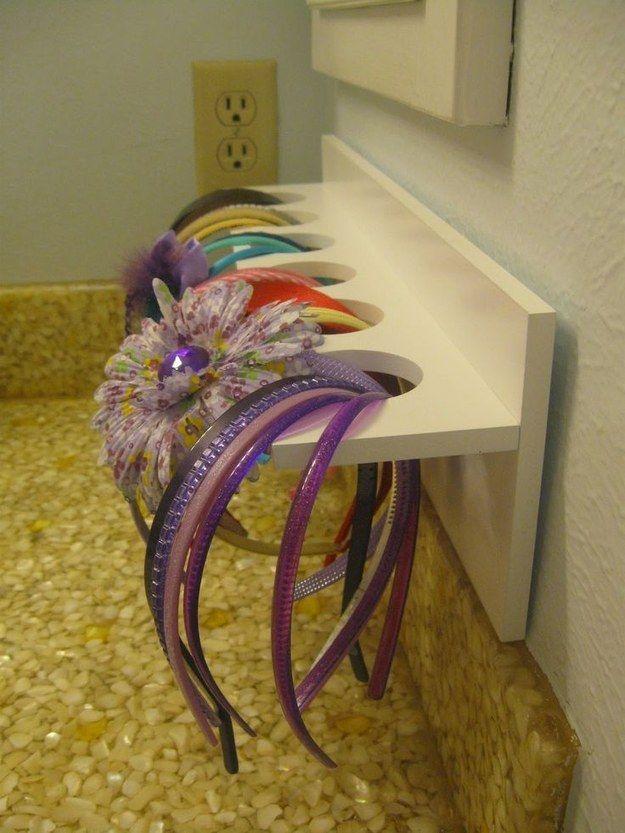 Um pequeno suporte de loja de artesanato pode ser usado para guardar acessórios de cabelo no banheiro de uma menina. | 51 soluções de armazenamento revolucionárias que ampliarão seus horizontes