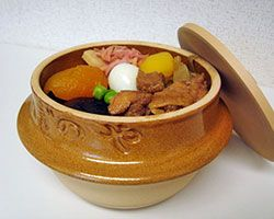 "When you take the lid off the pot of the ""Tohge-no-Kamameshi"" ekiben, you find chestnuts, burdock, apricots and other produce atop a warm bed of rice. When you have finished the Tohge-no-Kamameshi ekiben, you can take the container home and use it as a bowl for side dishes or for storing miscellaneous items."