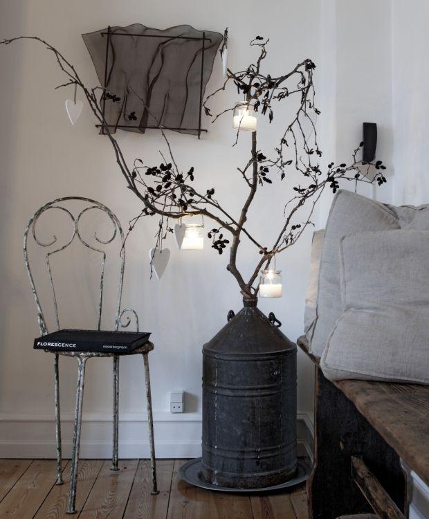 Smukke planter og andre skønne naturmaterialer pryder Camilla og Jens Thomsens lyse københavnerlejlighed, der er fint pyntet op til jul.