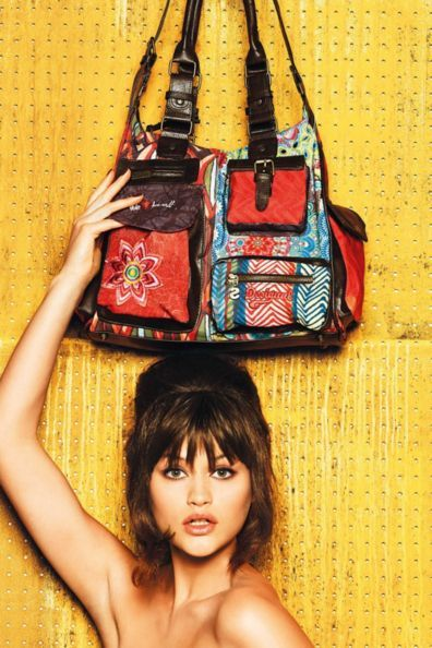 Desigual London Gallactic bag. This legendary Desigual style has countless pockets so you can carry around everything you need. Zip fastening.