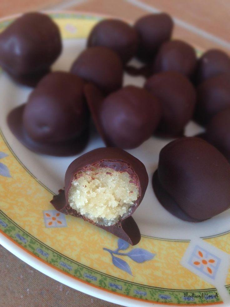 LCHF-påskeæg 200 g Urtekram Mandelmel (eller hjemmemalet – bare ikke fedtreduceret fra Funktionel Mad) 2 spsk SukrinMelis 1 tsk mandelessens (kan udelades) 1 æggehvide  100-150 g mørk chokolade (min. 70 %) 1 tsk kokosolie   Bland mandelmelet med SukrinMelis og mandelessens og saml dejen med æggehviden, til du har en god klump. Brug hænderne til at ælte den lidt, så du har en fast men let fedtet marcipandej.  Dyppes i den smeltede chokolade og kokosolieblanding. Afkøles i køleskabet.
