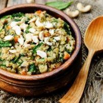 Schep voor een extra mediterrane smaak stukjes olijf, zongedroogde tomaatjes en/of geroosterde pijnboompitten door de stamppot.