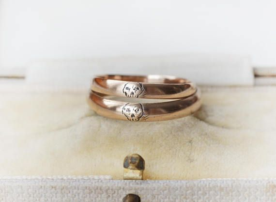 THE 8.5 one is RESERVED!!! This is a pair of exeptional vintage war time wedding bands that I have engraved with two memento mori skulls. The bands were originally made by the same maker: SG during war time. There was a shortage on gold, so these are 200/1000 purity, that would make them