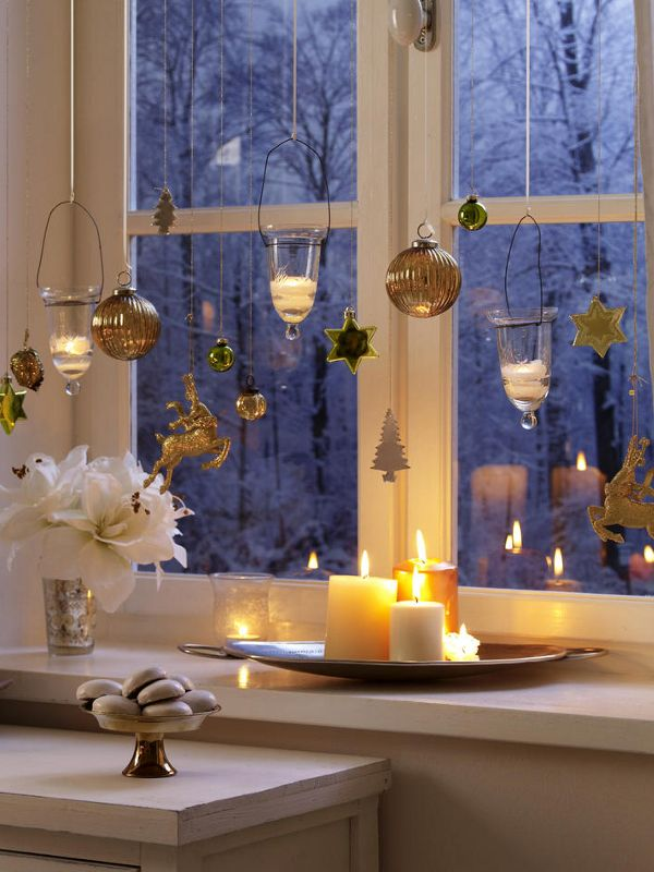 Window decoration: tealights and Christmas pendants