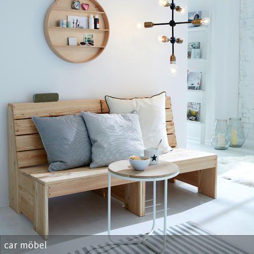 Eine Rustikale Holzbank Im Wohnzimmer Erzeugt Ein Natürliches Flair Und  Kann Mit Großen Kissen Gemütlich Hergerichtet