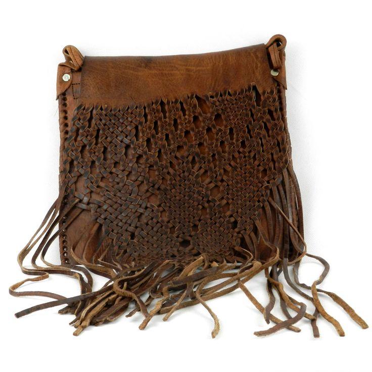 Bolso de cuero Naima con flecos y solapa trenzada. Realizado artesanalmente en Marruecos.  Cada modelo de bolso es único por su proceso de elaboración a mano.  Medidas aproximadas: 25 Ancho / 27 Alto / Con flecos la altura: 50cms
