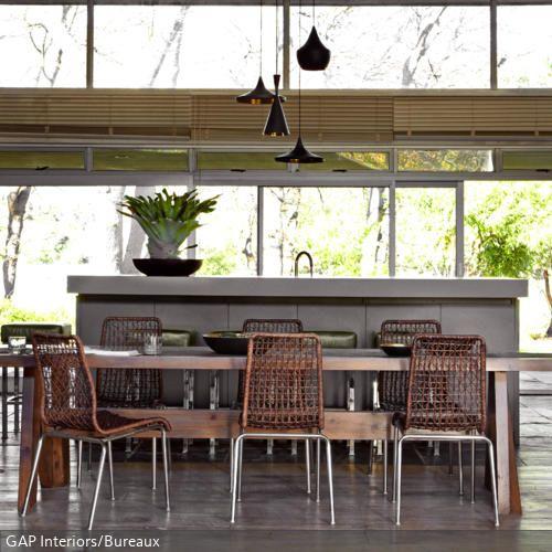 gro e wohnk che mit langem esstisch und rattanst hlen fenster pinterest langer esstisch. Black Bedroom Furniture Sets. Home Design Ideas