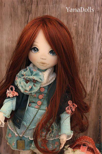 Николь. Куколка Николь, рыжеволосая красавица. Рост 46 см, текстиль. Волосы можно расчесывать, ручки гнутся. Одета в платье из трикотажа, с оборками из кружева и хлопка, курточку из 100% шерсти на подкладке с шебби-лентами , пуговичками .