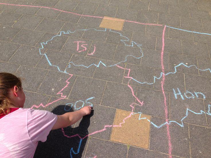 Laat de kinderen de topokaart met stoepkrijt tekenen op het schoolplein Topografie aardrijkskunde