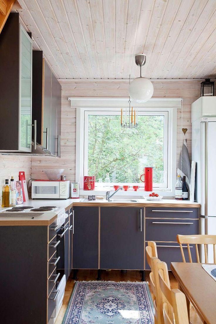 Moderna linjer i köket från ikea som rymmer det mesta Tack var ett praktiskt hörnskåp. Farmor irmas prickiga kaffekoppar från femtiotalet har fått sällskap av attiraljer i familjens favoritfärg – rött.