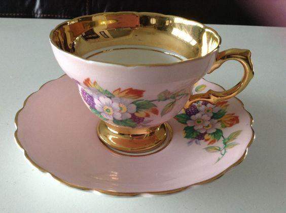 Šálek na kávu * růžový porcelán se zlaceným okrajem a ouškem a ručně malovanými květy ♥