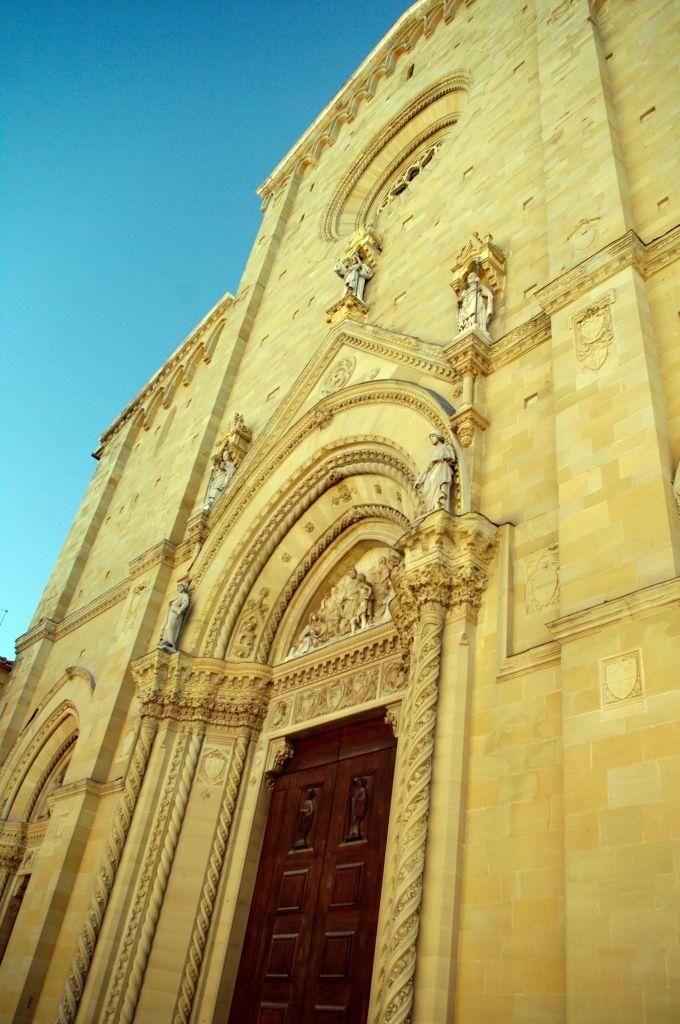 Фотография. Страна. Ареццо. Фасад Главного Собора.