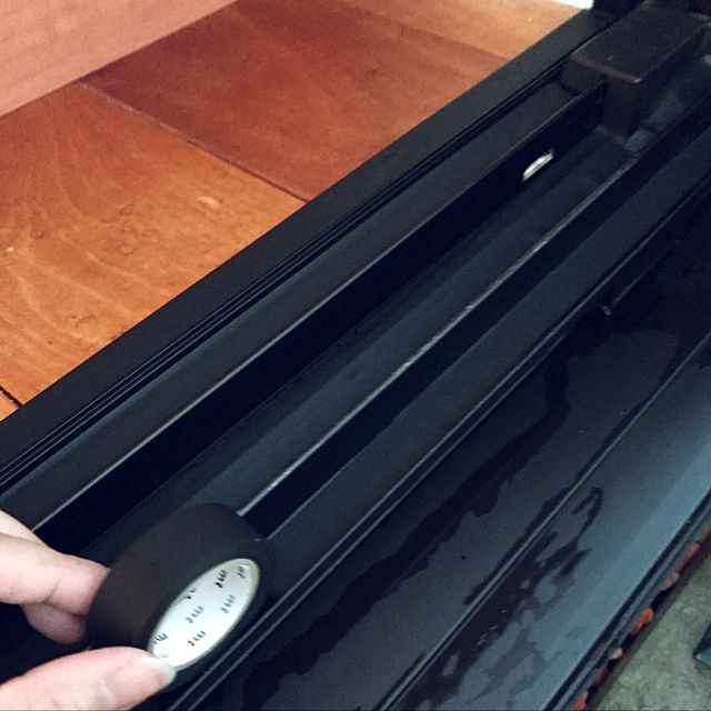 女性で、3LDKの北欧/マスキングテープ/マスキングテープ活用術/大掃除中/部屋全体についてのインテリア実例を紹介。「年末の大掃除。 少しづつ片付けて行きます。 今年から様子見て、TVでやっていた 冊子にマスキングテープを貼ると楽だと 言っているのを見て、黒の冊子に黒のマスキングテープを貼ったんですが、 付いてるのか分からないぐらい! 汚れたら剥がすだけ! セロハンテープだとピカピカしたり、剥がすときにベタつく可能性も。 マスキングテープならその心配もない。 100きんのリメイクシートもいけたりして! まだまだ張る場所がありますが、足りなくなりそうなのでない場合は埃がつかないように柔軟剤で水拭きするのも良いみたいですよー♪ みなさん、頑張りましょー!」(この写真は 2016-12-21 00:07:07 に共有されました)