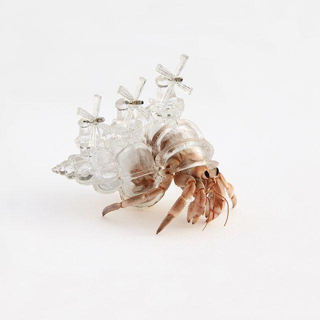 3D Printed Hermit Crab Shell L'artiste japonais Aki Inomata s'est amusée a imaginer des coquilles de bernard-l'ermites s'inspirant de l'a...
