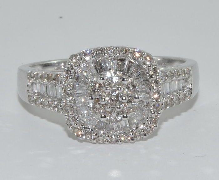Empieza a pujar o vender en Subasta de joyería exclusiva de Catawiki. Esta semana a subasta: Anillo en oro de 18 kt con 95 diamantes por unos 2,80 CT. tamaño: 56. Sin precio de reserva ***.
