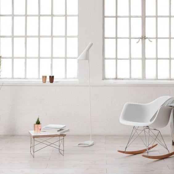 Chegar em casa e relaxar em uma cadeira de balanço não tem preço.Ainda mais se for em uma cadeira de balanço eames, o casamento perfeito entre o clássico e o contemporâneo. #eames #balanco #chair #cadeira #ShopDesign #decoração #design #designnodetalhe
