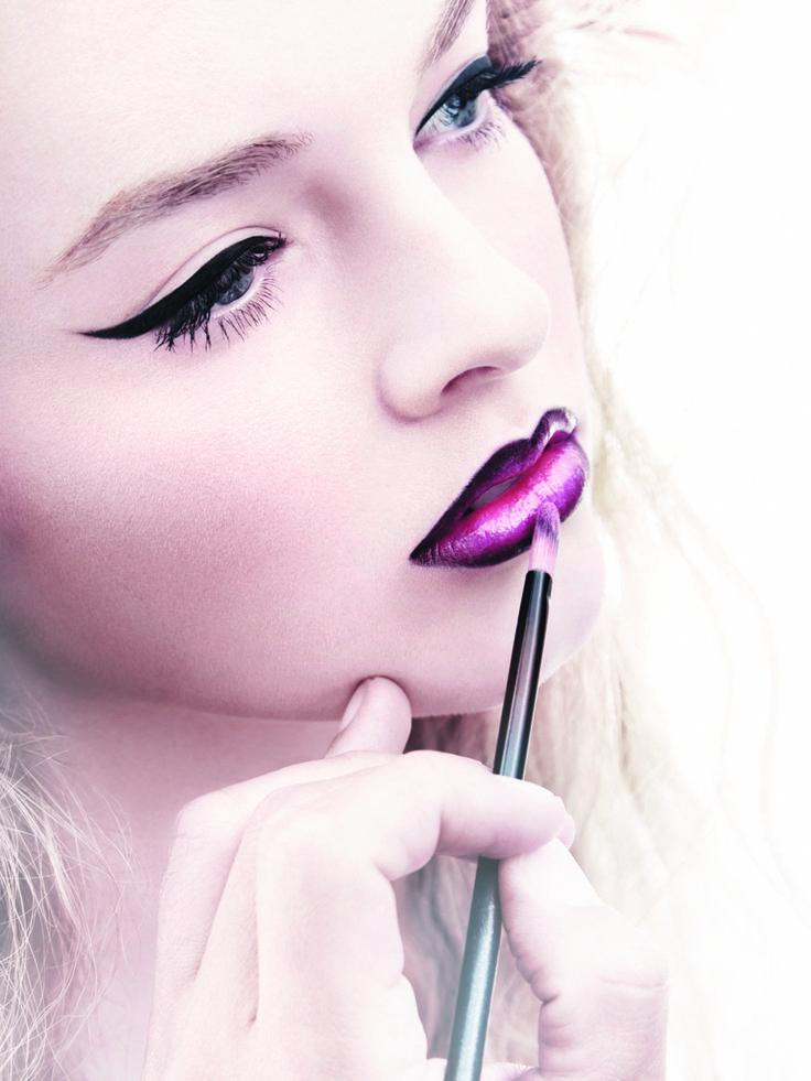 Noch ein weiterer Trend in Sachen Lippenstift, den man auch immer wieder auf den Catwalks entdeckt: Neon-Lippen. Wie die Statement-Lippen ein noch größeres Statement werden? Indem ihr sie mit dunklem Liner umrandet.Kommt dieser Beauty-Trend aus den 90ern zurück?
