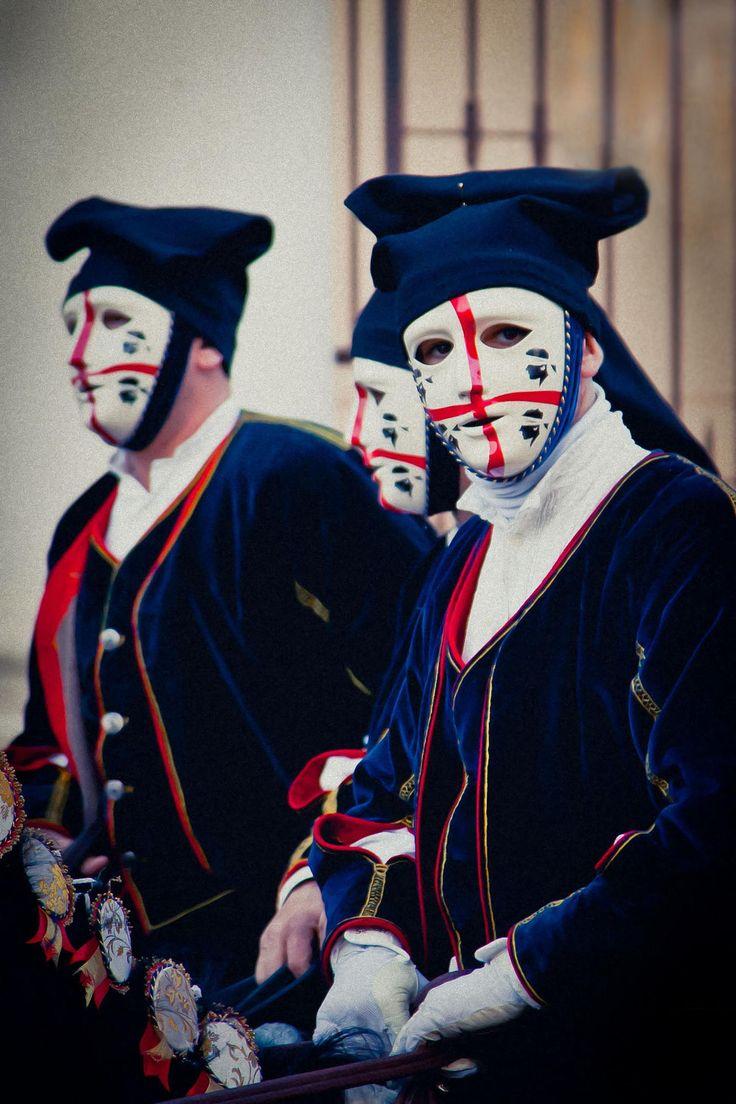 La Sartiglia (Sartilla o Sartilia) è una corsa all'anello di origine medievale (1358) che si corre l'ultima domenica e il martedì di carnevale ad Oristano. È una fra le più spettacolari e più coreografiche forme di Carnevale della Sardegna. Ricordi sfumati di duelli e Crociate, colori spagnoleschi, echi di nobiltà decaduta e costumi agro pastorali.