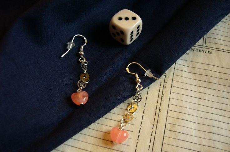 Mignonnes boucles d'oreilles steampunk aux délicat rouages argentés et leurs perles coeurs roses corail, pour une allure originale et romantique.  8 euros