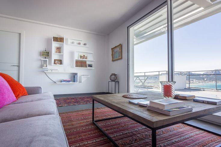 Guillaume Bouvet est artisan menuisier et designer. Il conçoit et réalise votre mobilier sur-mesure avec une esthétique épurée et contemporaine.