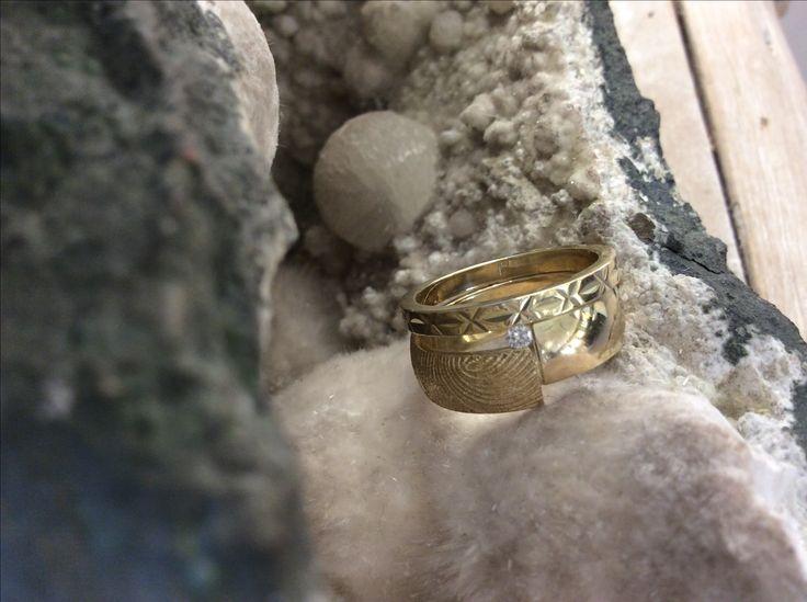 Ringen in tact gelaten vanwege de emotionele waarde maar toch is het een volledig ander ontwerp geworden.