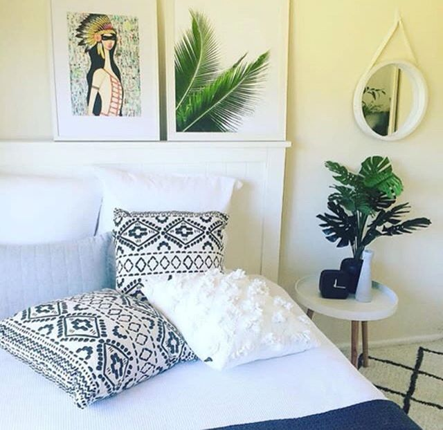 I am totally crushing on this beautiful bedroom!! The monochrome + greenery is so gorgeous 🖤🌱🖤 And @nataliebrineyartist 's ANGENI print is 👌🏻👌🏻 for this interior. Love it too? You can find this pr